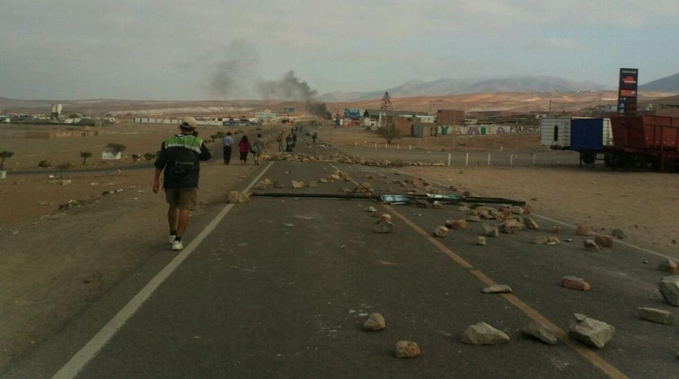 Mollendo: policías limpian vía bloqueada por piedras [FOTOS] - 10