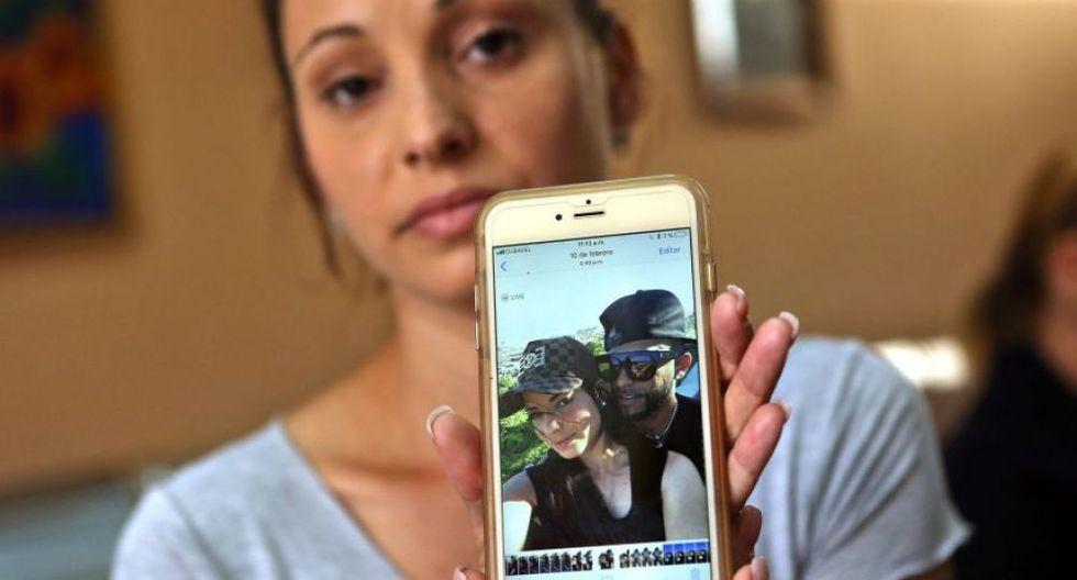 Maylín Díaz muestra una foto de su hermana Mailén, de 19 años, una de las sobrevivientes del desastre aéreo. (Foto: EFE)