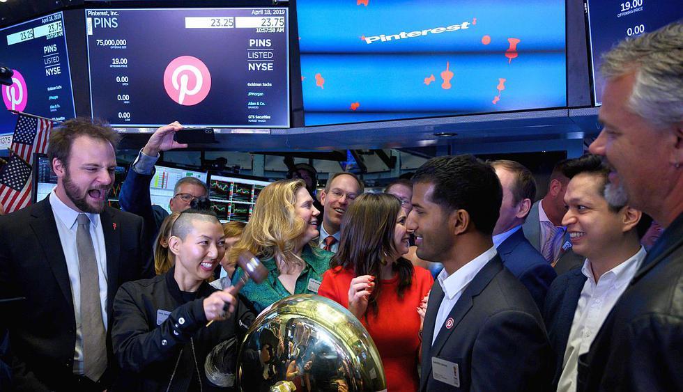 Pinterest Inc hizo su debut hoy en la Bolsa de Valores de Nueva York. Ejecutivos de la compañía abrieron la jornada con un 'campanazo'.(Foto: AFP)<br>