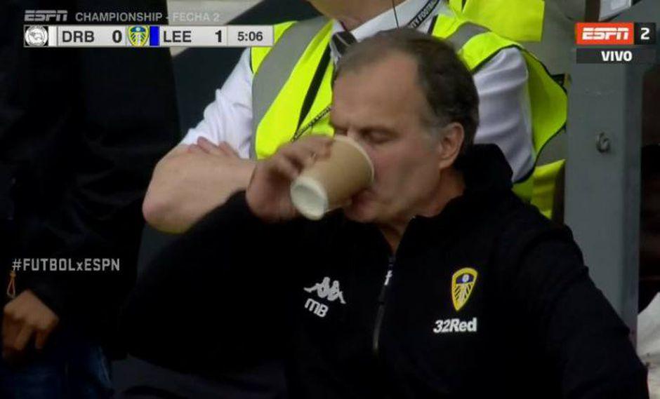 Marcelo Bielsa le hizo honor a su sobrenombre luego de que celebrara de forma muy extraña uno de los cuatro goles que convirtió Leeds United sobre el Derby County, por el ascenso de Inglaterra. (Foto: captura de pantalla)
