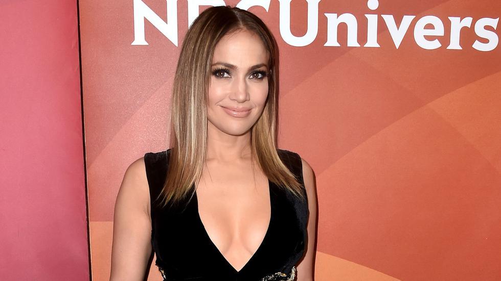 Jennifer Lopez repite vestido de hace unos años y luce doblemente espectacular.