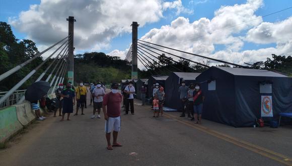 Roger Huamán Condori, al frente de 56 peruanos que están varados en el Puente de integración Peru - Brasil. Ellos esperan la autorización de Cancillería para ingresar a Perú. (Foto: Manuel Calloquispe)