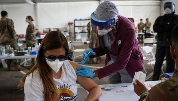 Un trabajador de la salud inocula a una mujer con la vacuna contra la enfermedad del coronavirus de Johnson & Johnson (COVID-19) en un sitio de vacunación masiva respaldado por el gobierno federal en el Miami Dade College North Campus en Miami, Florida, EE. UU. (Foto: REUTERS / Marco Bello).