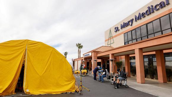 El St. Mary Medical Center usa carpas para manejar el desbordamiento en su hospital durante el brote de coronavirus (COVID-19) en Apple Valley, California, Estados Unidos, el 8 de diciembre de 2020. (REUTERS/Mike Blake).