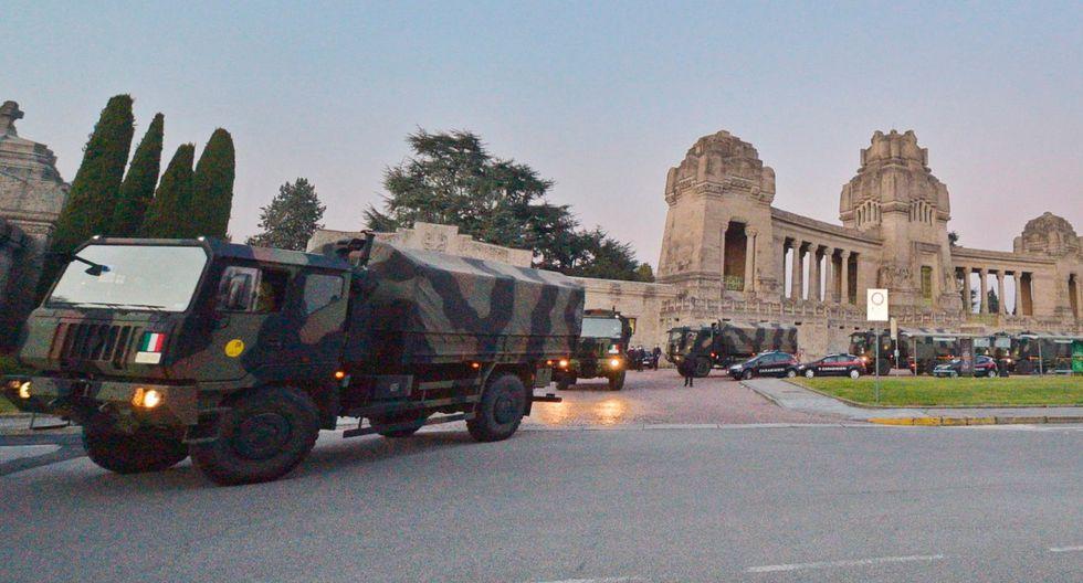 Una larga columna de camiones militares atravesó el miércoles por la noche el centro de Bérgamo, en el norte de Italia, transportando decenas de féretros de víctimas del coronavirus para su incineración en otros lugares, debido a que el cementerio de la ciudad ya no tiene capacidad. (EFE).
