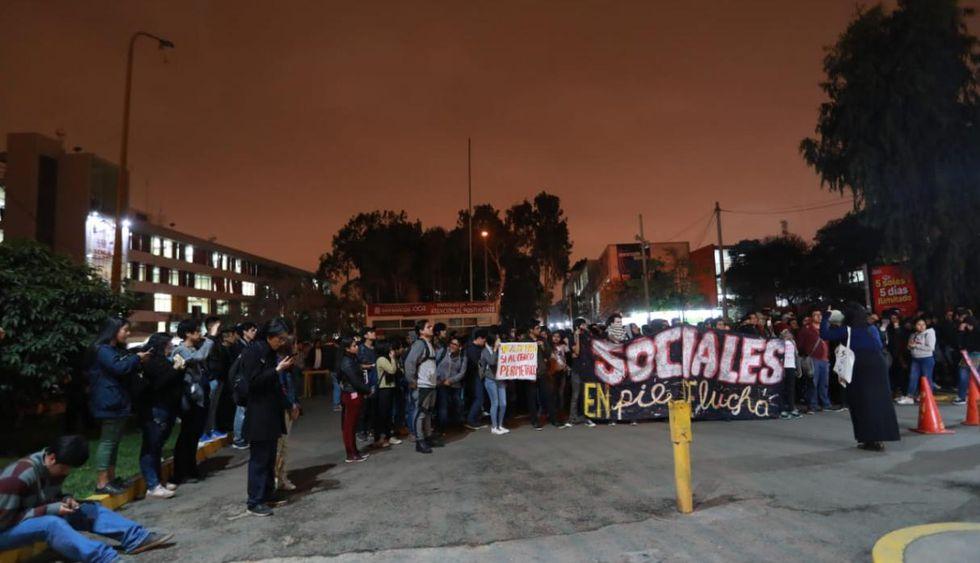 Los estudiantes también realizaron una protesta al interior de la casa de estudios. (Foto: Lino Chipana/GEC)