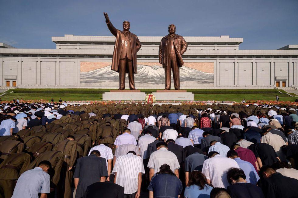 Cientos de norcoreanos se inclinan ante las estatuas de Kim Il-sung y Kim Jong-il ubicadas en el Monte Mansu, en Pyongyang. La devoción de la que gozan los exdictadores está al nivel de una deidad. (Foto: AFP / Kim Won Jin)