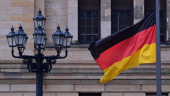 La bandera de Alemania ondea a media asta durante el acto de duelo nacional por los fallecidos por la pandemia de coronavirus. (EFE / EPA / CLEMENS BILAN).