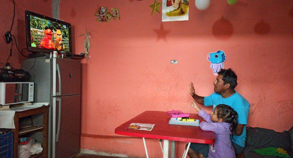 """Una niña de educación primaria durante la emisión de """"Aprendo Perú"""", el programa de clases virtuales implementado esta semana por el gobierno."""