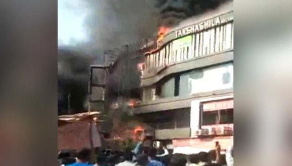 En imágenes emitidas por la cadena de televisión NDTV puede verse una gran columna de humo y a varias personas arrojándose al vacío. (Foto: Twitter - NDTV)