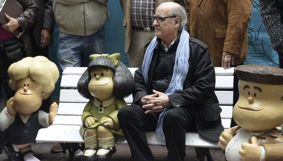 Caricaturista Joaquín Salvador Lavado, también conocido como Quino, se sienta junto a figuras de Mafalda, su personaje más conocido y querido. La fotografía fue tomada en 2014, cuando se celebró los 50 años de la tira cómica. (Foto: AFP/DANIEL GARCIA)