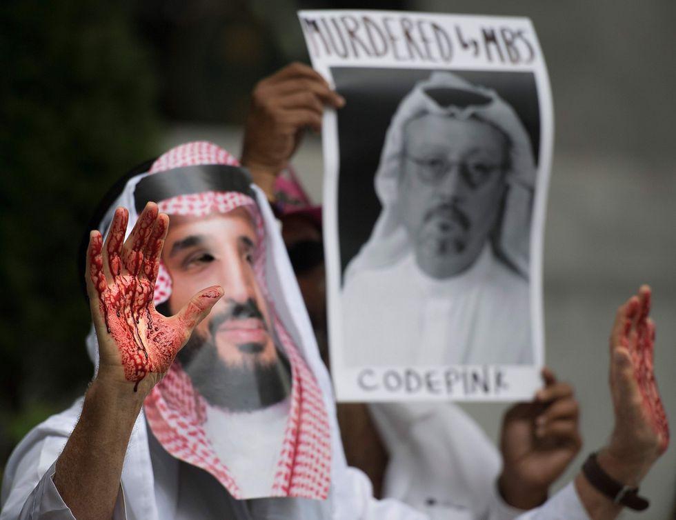 Manifestantes culpan al príncipe heredero de Arabia Saudita Mohammed bin Salman por la desaparición del periodista. (AFP).
