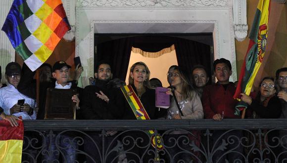 """""""Soy una mujer de fe, soy una mujer de Dios"""", enfatizó Jeanine Áñez, por lo que si ella está """"en palacio, la Biblia va a estar"""". (Foto: AFP)"""