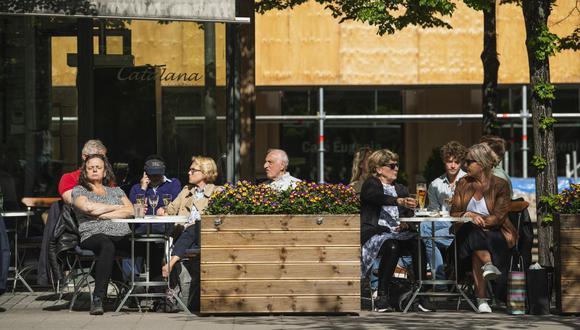La gente se sienta en un restaurante en Estocolmo, Suecia, el 29 de mayo de 2020, en medio de la pandemia del coronavirus COVID-19. (Foto de Jonathan NACKSTRAND / AFP).