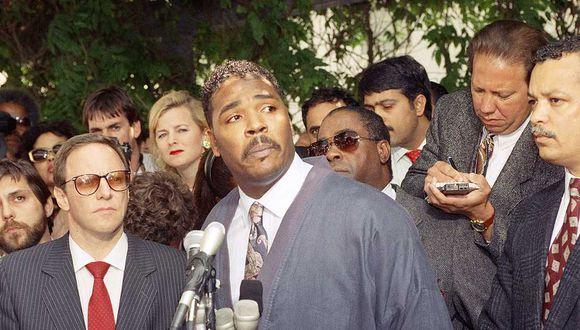 El 1 de mayo de 1992, Rodney King pidió en conferencia de prensa en Los Ángeles que cese la violencia en el país. (Foto: David Longstreath/ AP)