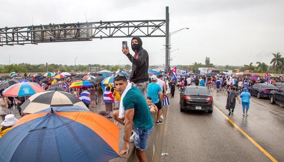 Cubanos bloquean la Autopista Palmetto en Miami, Florida, Estados Unidos, 13 de julio de 2021. (EFE / EPA / CRISTOBAL HERRERA-ULASHKEVICH).