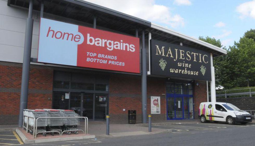 Una vista general de la tienda Home Bargains donde el menor habría sido atacado. (Foto: AP)