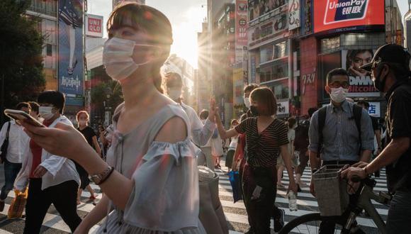 La gente usa máscaras faciales en Tokio. (Foto: Yasuyoshi CHIBA / AFP).