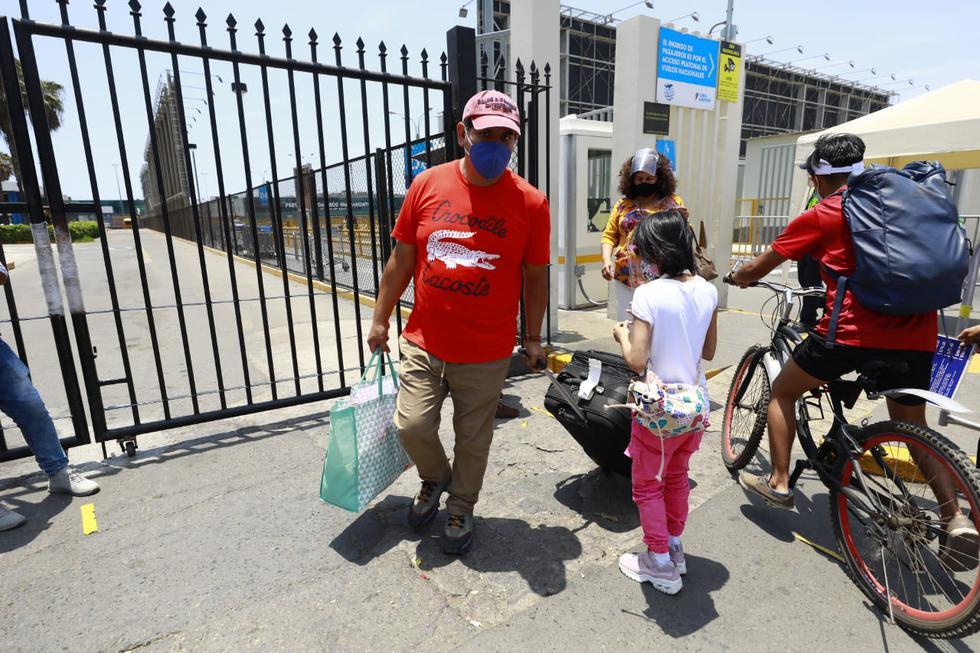 Decenas de pasajeros quedaron varados en el aeropuerto Jorge Chávez este domingo por no contar con el resultado negativo de una prueba molecular de coronavirus. Esta medida es obligatoria para quienes salen de regiones consideradas por riesgo extremo. (Fotos: Jessica Vicente/@photo.gec)