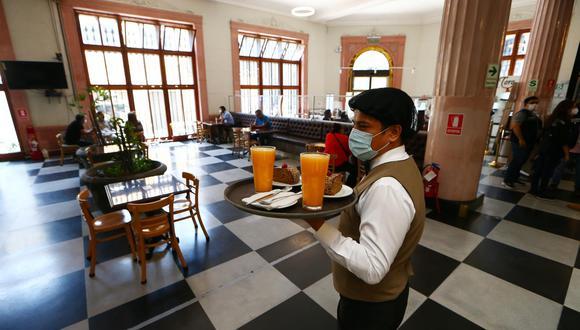 El icónico restaurante café El Damero vendía antes de pandemia cerca de S/250 mil mensuales. Cuando solo se permite el delivery, apenas llega a los S/30 mil al mes, informa Michael Alarcón, dueño del grupo. (Foto: Alessandro Currarino / El Comercio)