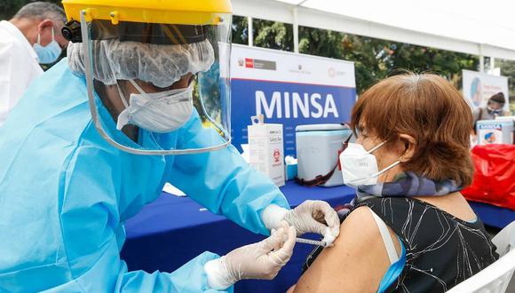 El ministro de Salud, Óscar Ugarte, indicó que los adultos mayores que no pudieron vacunarse en las fechas establecidas anteriormente podrán hacerlo en los próximos días. (Foto: Minsa)