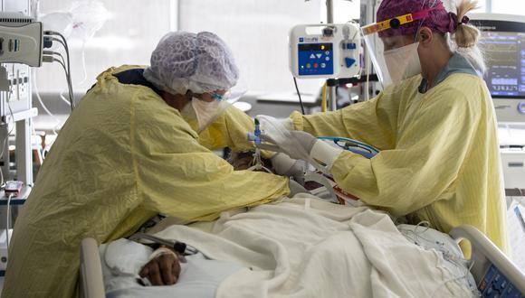 Enfermera atendiendo a una paciente de coronavirus en La Mesa, San Diego, (California). (Foto:  EFE)