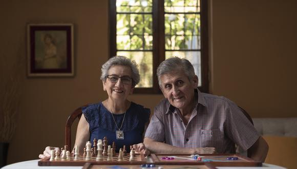 Este San Valentín, te invitamos a conocer la inspiradora historia de Gloria Ramos y Enrique Cuadros, pareja de esposos con discapacidad auditiva que puso en marcha su propio emprendimiento de juegos de mesa elaborados a mano. (Fotos: Renzo Salazar/ El Comercio)