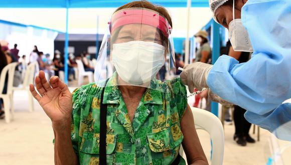 El personal de salud jubilado no ha dudado en ser vacunado ante la COVID-19. Son un ejemplo de optimismo. (Fotos: Alessandro Currarino)