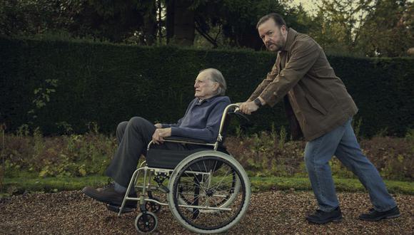Ricky Gervais (derecha) interpreta a un malhumorado periodista que atraviesa el luto por la muerte de su esposa. (Netflix)