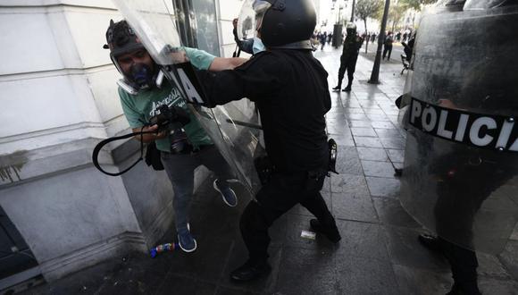 Durante las protestas de noviembre del 2020, los periodistas fueron agredidos por la Policía Nacional, uno de ellos fue Hugo Pérez, reportero gráfico de El Comercio. (Jesús Saucedo / @photo.gec)