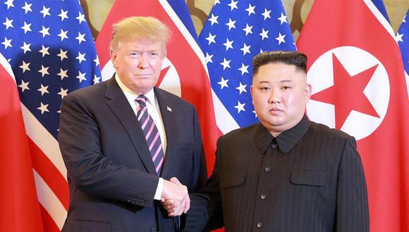 Imagen del 27 de febrero del 2019 que muestra al líder norcoreano Kim Jong-un estrechando la mano del presidente de Estados Unidos, Donald Trump, en Hanói. (AFP).