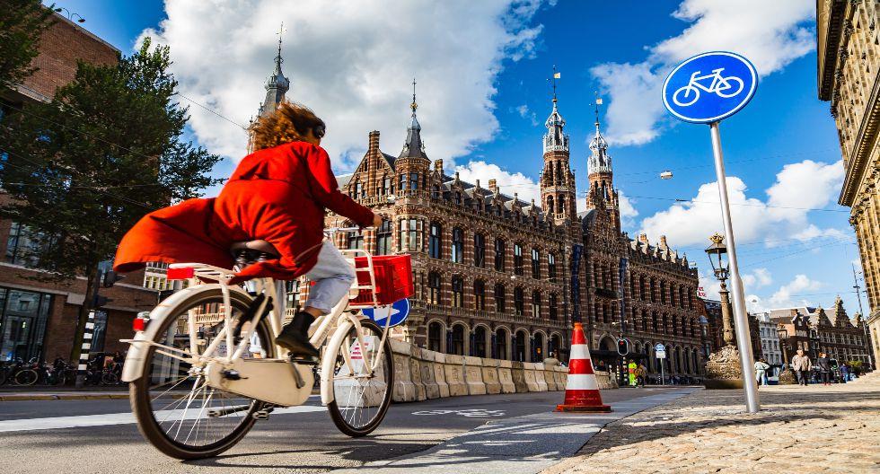 El diseño urbano de Ámsterdam la coloca en la novena posición de la lista, pues prioriza los paseo a pie, en bicicleta y en motos acuáticas. / Foto: Shutterstock.