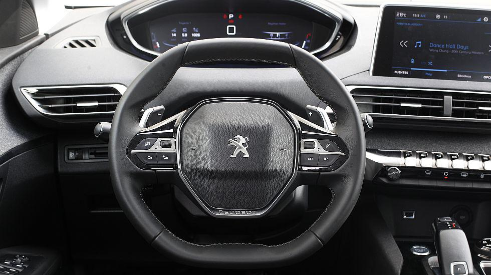 El timón del Peugeot 3008 es de dimensiones bastantes compactas y destaca por tener la parte superior y la base planas. Además, se sigue la tendencia de que el instrumental lo vemos por encima y no por dentro del volante.