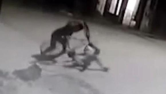 El repartidor golpea al ladrón. (Foto: Captura de video).