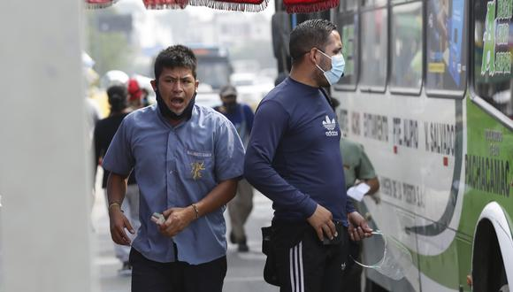 En la imagen, el paradero de Evitamiento durante los días previos. Es común ver que pasajeros e incluso trabajadores del transporte no usan correctamente los protectores faciales y mascarillas. (Foto: Fernando Sangama / @photo.gec)