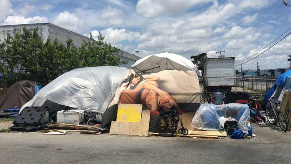 Muchos viven en carpas improvisadas con lonas en esta zona industrial, en el norte de la ciudad de Miami. (Foto: BBC Mundo)