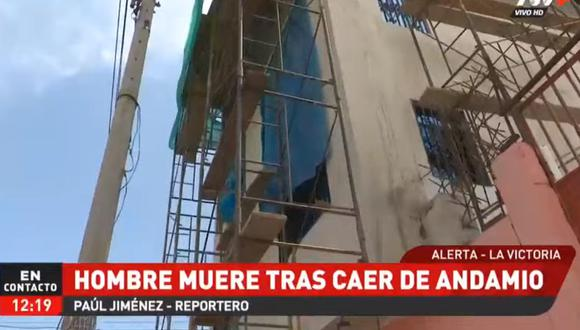 El trabajador cayó al pavimento en el momento que pretendía agarrar un recipiente en el que almacenaba cemento. (Foto: captura de video)