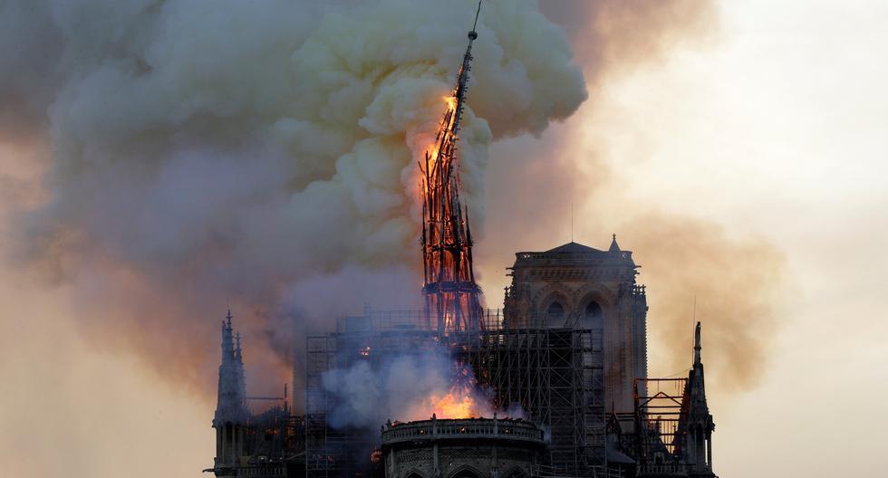 La aguja de la emblemática Catedral de Notre Dame se derrumbó por un incendio el pasado 15 de abril de 2019 en París (Francia). (Geoffroy VAN DER HASSELT / AFP).