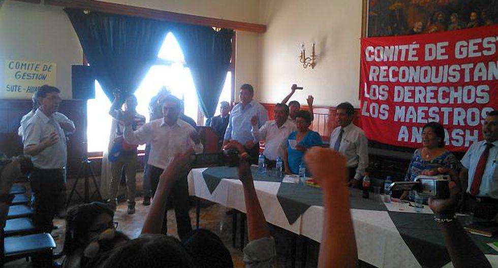 Waldo Ríos hizo cantar a profesores el himno de Puro Áncash