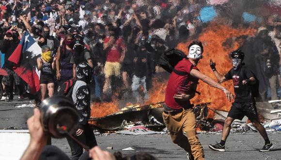 El caos se apoderó de Santiago y otras ciudades de Chile entre octubre y diciembre del 2019. Las fuertes protestas contra el Gobierno en la capital tuvieron como epicentro la plaza Italia. (Foto: Pedro Ugarte / AFP)