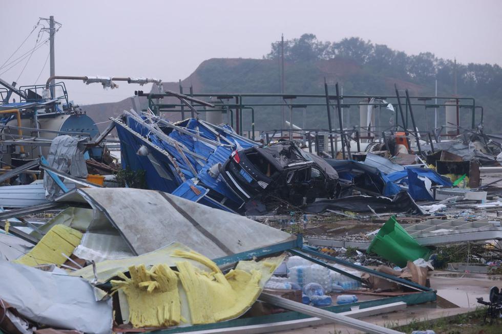 Imagen de los destrozos que provocó un tornado en la ciudad china de Wuhan, en la provincia central de Hubei en China, el 15 de mayo de 2021. (Texto y foto: AFP).