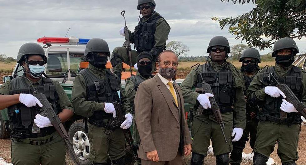 El peruano César Guedes durante una visita conjunta con el ministro del Interior de Mozambique al distrito de Bôane, muy cerca de la frontera con Suazilandia. (Foto: César Guedes / Cortesía para El Comercio)