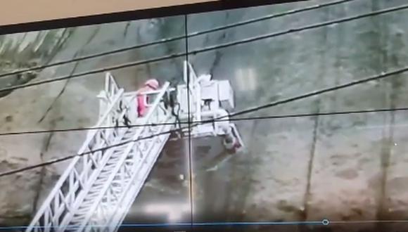 Bomberos rescataron a un ciudadano alemán de 51 años que cayó por el acantilado de la Costa Verde, en el distrito de Miraflores | Foto: Captura de video / Municipalidad de Miraflores