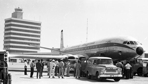 El avión de Aerolíneas Argentinas, secuestrado por una pareja, recibió asistencia mecánica a su llegada al aeropuerto Jorge Chavez en marzo de 1970. Foto: GEC Archivo Histórico