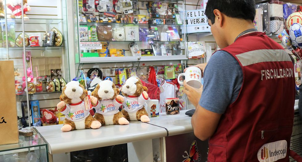 En los alrededores del Estadio Nacional se realizaron acciones preventivas a fin de evitar la comercialización de productos no autorizados. (Foto: Indecopi)