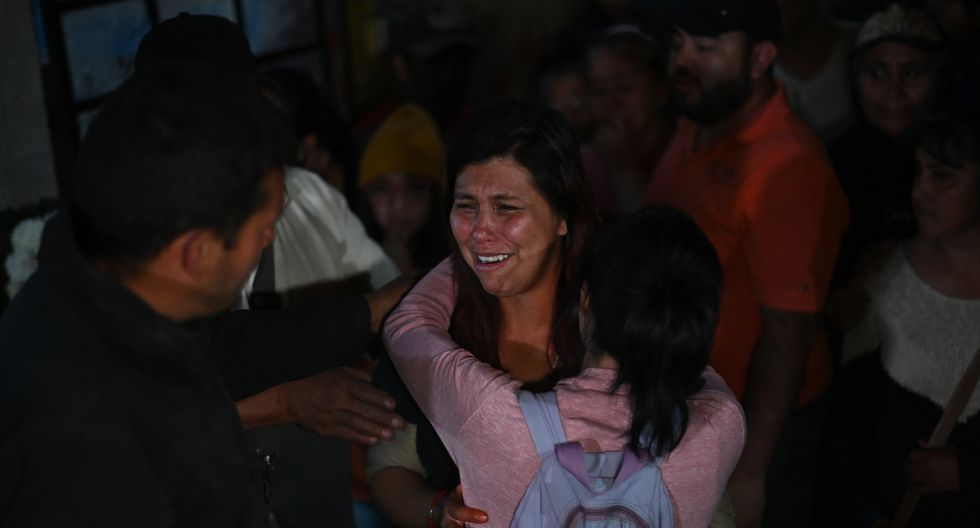 La madre de Fátima, la menor de siete años cuyo cuerpo fue hallado el fin de semana con signos de tortura, llora durante el funeral de su hija en el municipio de Tlahuac. (Foto: AFP)