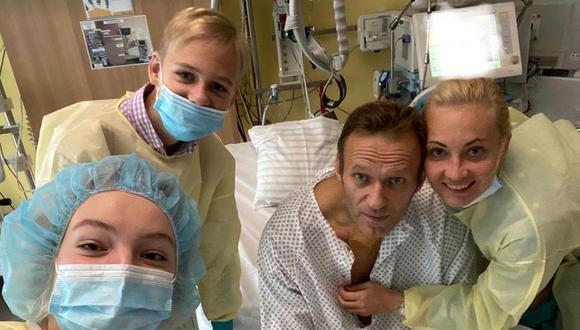 Alexei Navalny y su familia en el hospital de Berlín donde está internado. (AFP).