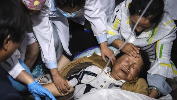 En esta foto publicada por la Agencia de Noticias Xinhua de China, los trabajadores médicos tratan a una mujer después de un terremoto en el condado autónomo de Yangbi Yi, en la provincia de Yunnan, en el suroeste de China. (Hu Chao / Xinhua vía AP)