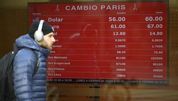 """El """"dólar blue"""" se cotizaba en 141 pesos en el mercado informal de Argentina. (Foto: AFP)"""