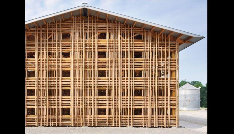 Barn B. En Mason Lane Farm, Goshen, Kentucky, se levanta una construcción con cobertizo de madera. La construcción estuvo bajo el mando del estudio De León y Primmer Architecture, el cual fue realizado en 2009. Se utilizó bambú local para el entretejido de la fachada y otros tipos de madera para la parte interior. Los pequeños orificios formados y expuestos permiten que circule el aire. (Foto: www.deleon-primmer.com)